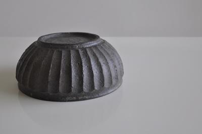 QupuQupuさんで購入した田鶴濱 守人さんの 黒錆面取鉢